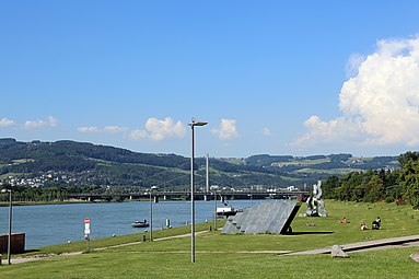 Linz Donau Donaupark Eisenbahnbrücke Donaubrücke 2014 a.jpg