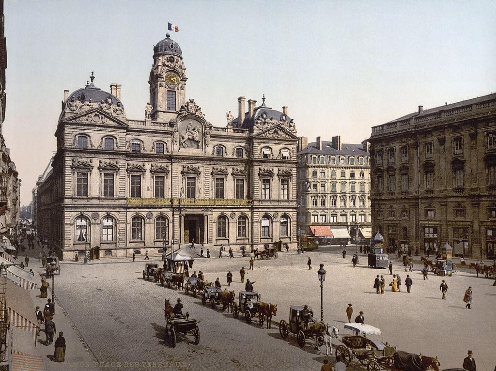 Place des Terreaux et Hotel de ville de Lyon vers 1900.