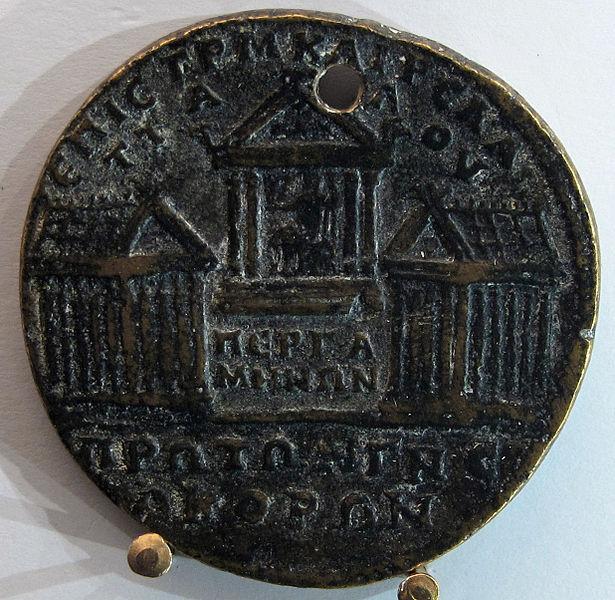 File:Medaglione di caracalla, zecca di pergamo-misia, tre templi con statua di asclepio.JPG