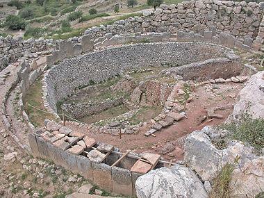 Ο Ταφικός Κύκλος Α των Μυκηνών. Διακρίνονται οι λακκοειδείς τάφοι με χτιστά τοιχώματα