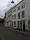 foto van Huis met geverfde rechte gevel, kroonlijst met eenvoudige consoles