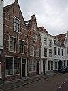foto van Huis met geverfde puntgevel