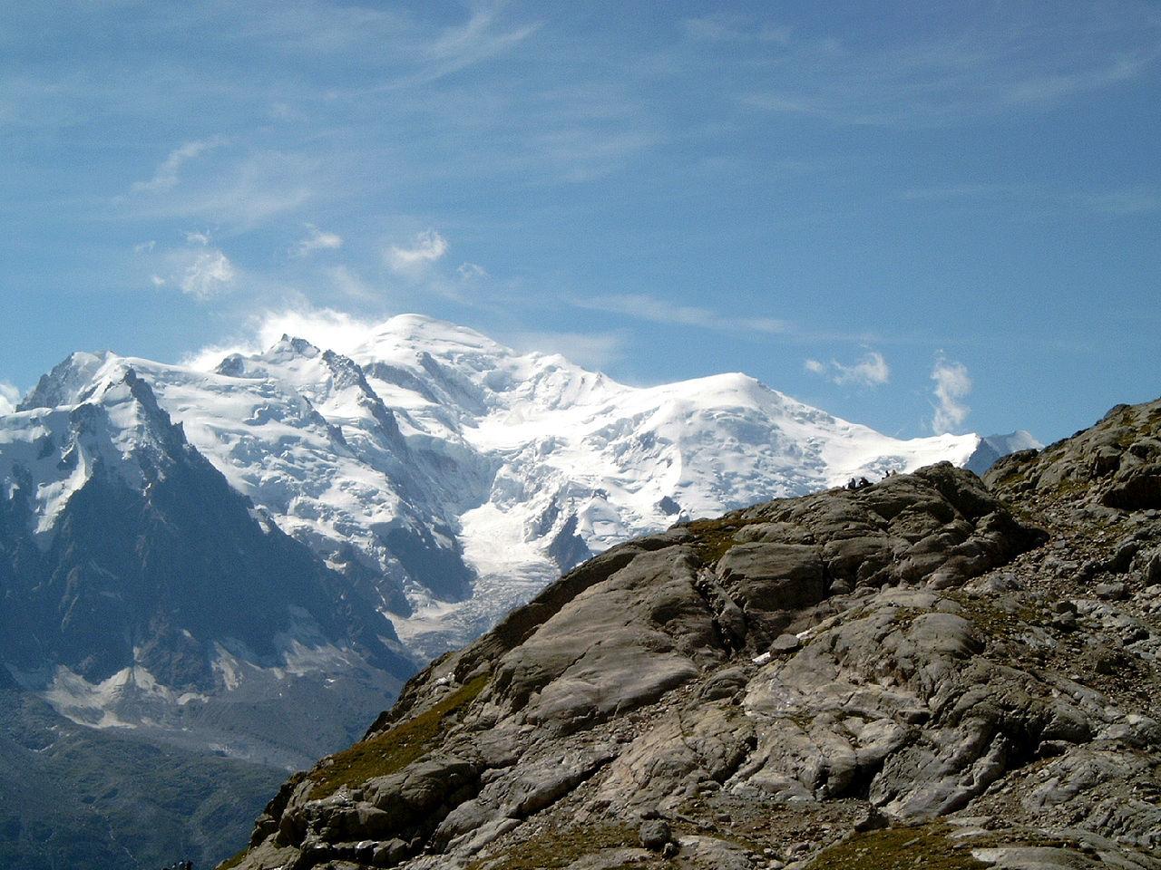 Toppen in de Westelijke Mont Blanc-groep: hoogste top de Mont Blanc, rechts de Dome du Goûter, links van de Mont Blanc de Mont Maudit en Mont Blanc du Tacul, daarvoor de Aiguille du Midi.