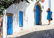 Tipica via dell'isola di Panarea, con abitazioni in stile mediterraneo