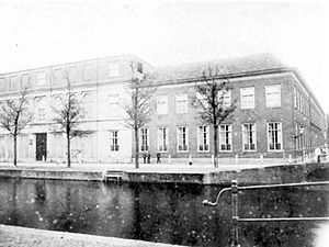 Rijksmuseum van Natuurlijke Historie - The Rijksmuseum van Natuurlijke Historie (left) on the Rapenburg in 1880. The building on the right is the Physisch Kabinet which was used for demonstrations of physics and public lectures.