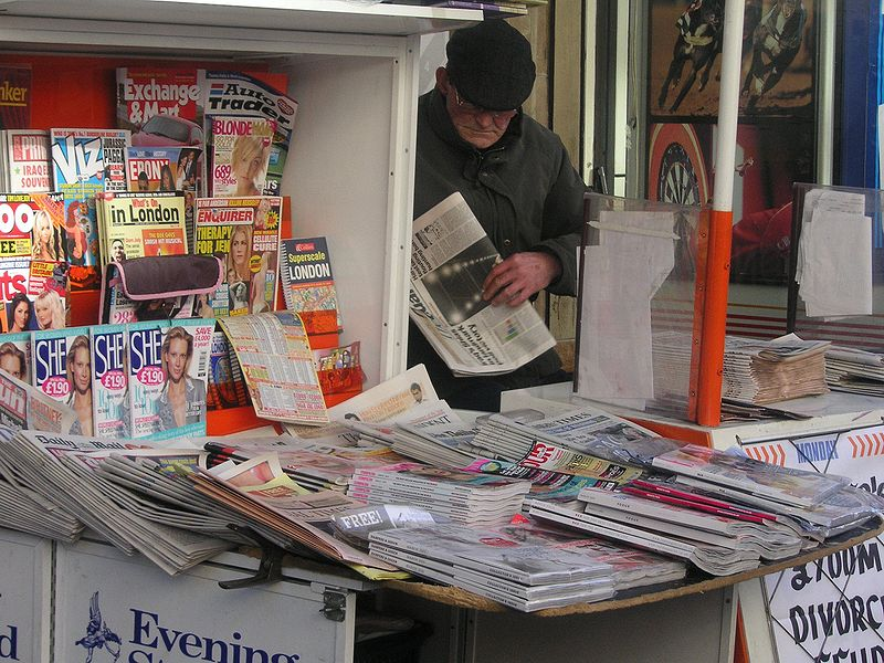 Archivo:Newspaper vendor.jpg