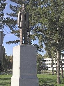 Памятник Николе Тесле в аэропорту, Белград.  Именем Теслы названа единица измерения магнитной индукции в системе СИ.