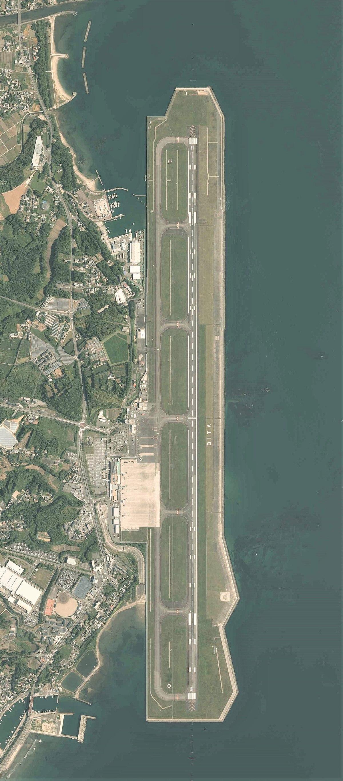 Oita Airport Aerial photograph.2015.jpg