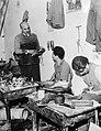 Opleiding tot schoenmaker in een vluchtelingenkamp, Bestanddeelnr 254-3417.jpg