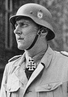 Skorzeny in divisa delle Waffen SS ha sul volto una vecchia cicatrice di un duello Mensur