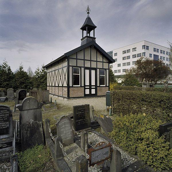 File:Overzicht baarhuisje in vakwerk op begraafplaats - Hoorn - 20406664 - RCE.jpg