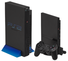À gauche, la PlayStation 2 originelle, à droite la PlayStation 2 Slim.