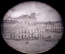 Fotografia que mostra o Palácio Imperial, no Rio de Janeiro com carruagens e montou guarda de honra na praça em frente ao palácio.