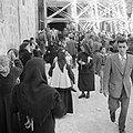 Paasviering. Gelovigen bij de ingang van de Heilige Grafkerk tijdens de viering , Bestanddeelnr 255-5252.jpg