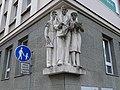 Pardubice, Sukova třída, Pernerova 168, sochy na nároží.jpg