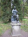 "Pavlovsk Park. Twelve tracks. Statue ""Clio"".jpg"
