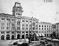 Piazza dell'Unita d'Italia (Piazza San Pietro), szemben a Városháza (Palazzo Comunale, Palazzo di Municipio). A felvétel 1880-ban készült. Fortepan 54902.jpg