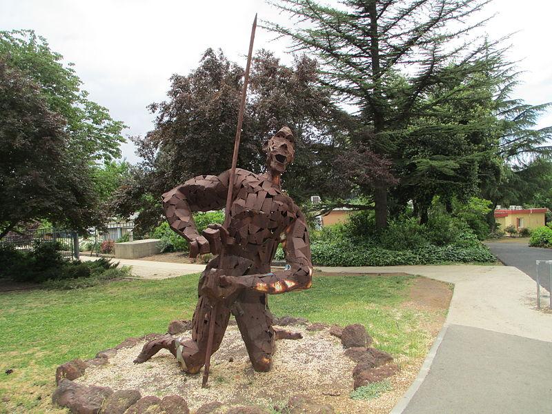 פסל של יופ דה יונג בקיבוץ מרום גולן