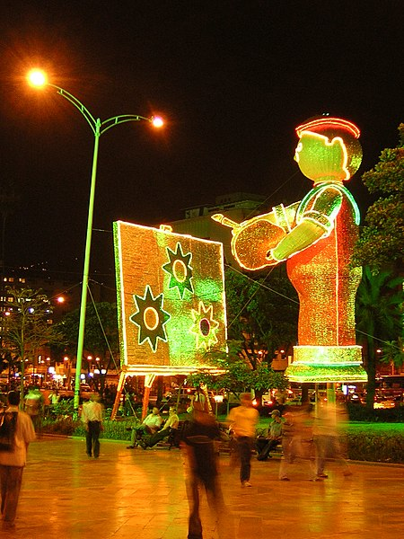 File:Plaza Botero-Navidad 2006-Medellin.JPG
