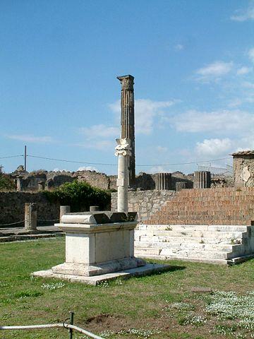 https://upload.wikimedia.org/wikipedia/commons/thumb/3/39/Pompeje_swiatynia_Apollina_1.jpg/360px-Pompeje_swiatynia_Apollina_1.jpg