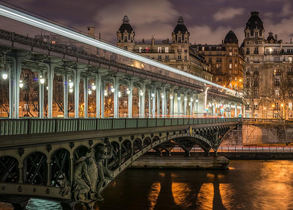 Vue nocturne du pont de Bir-Hakeim, à Paris.  (définition réelle 6300×4515)
