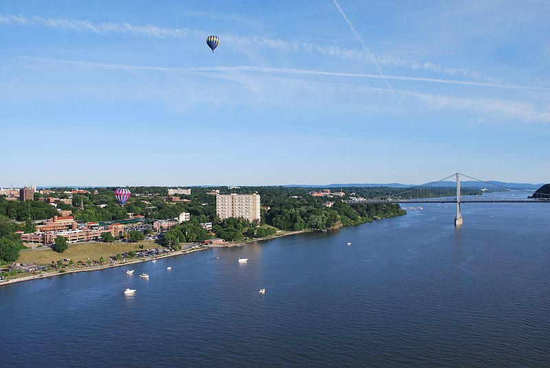 Archivo:Poughkeepsie, NY with evening balloon take-off 2.JPG