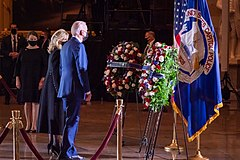 El presidente Joe Biden y la primera dama Jill Biden rinden homenaje al oficial Brian Sicknick.jpg