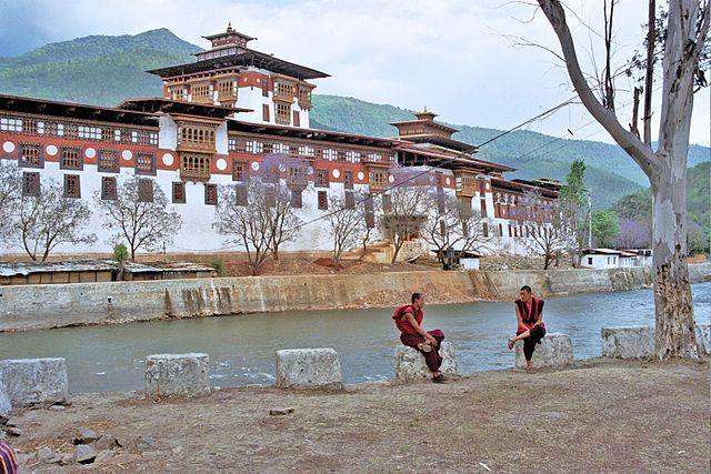 http://upload.wikimedia.org/wikipedia/commons/thumb/3/39/PunakhaDzong.jpg/640px-PunakhaDzong.jpg