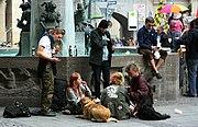 Punks in Muenchen am Marienplatz Fischerbrunnen