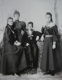 Maria Cristina de Habsburgo-Lorena - Página 3 200px-Queen_Maria_cristina_with_her_three_children
