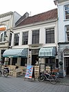foto van Woonhuis met gepleisterde gevel en ingangspartij met korintische pilasters en festoen in hoofdgestel