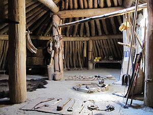 Earth lodge - Image: Reconstructed Mandan earthlodge interior