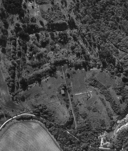 Vue du ciel du réduit de Chenay, photo prise en 1970. On distingue de nombreux détails dont la façade de gorge.