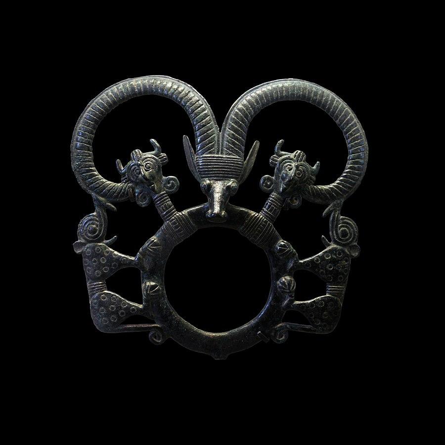 Anneau de harnachement orné d'une tête de mouflon encadrée par deux héros cornus et deux félins