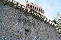 Rocca di Arquata del Tronto - apparato sporgente al di sopra dell'accesso al recinto murario.jpg