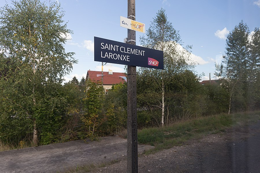 Quai nord de la gare de Saint-Clément-Laronxe vu du train.