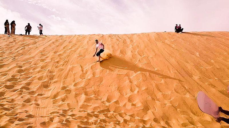 جولة سياحية في مصر 800px-Sandboarding_in_wadi-elrayan