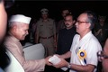 Saroj Ghose Greets Shankar Dayal Sharma - Dedication Ceremony - CRTL and NCSM HQ - Salt Lake City - Calcutta 1993-03-13 03.tif