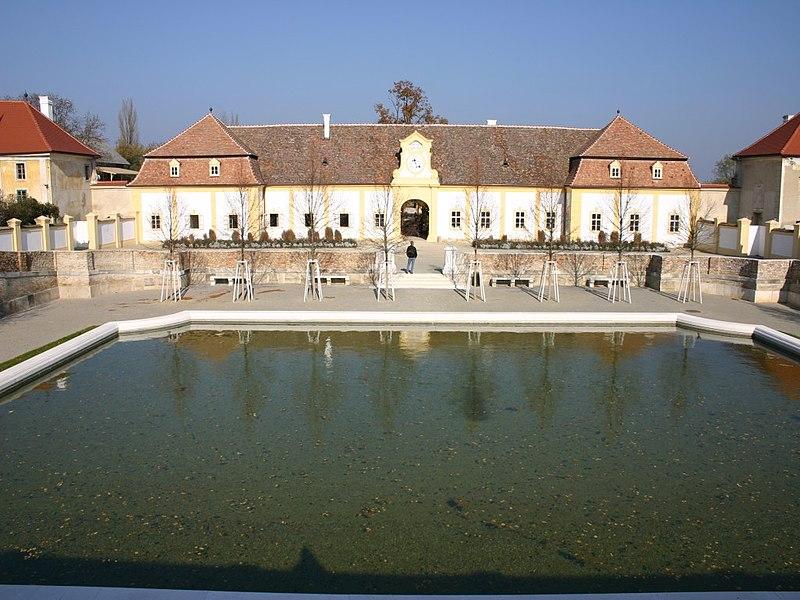 Datei:Schloss hof meierhof.jpg