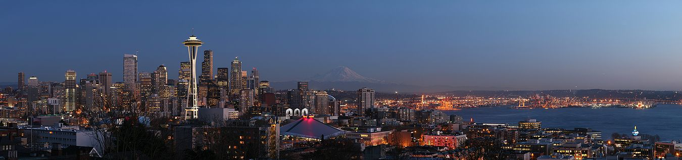 Vista panoràmica de Seattle des del Queen Anne Hill, amb la Space Needle al centre i el Mount Rainier al fons