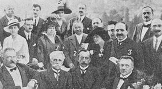 Elena Bacaloglu - Bacaloglu (back row, marked 5) and the Latina Gens, gathered around Sebastião de Magalhães Lima (1) and Jules Destrée (2), in July 1916