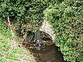 Senlis (60), rivière de la fontaine Saint-Urbain passant sous un mur.jpg