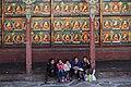 Shigatse-Tashilhunpo-70-Pilgergruppe vor Buddhas-2014-gje.jpg