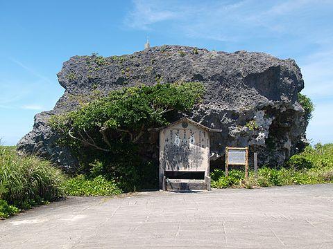 下地島の帯岩。八重山地震の津波で打ち上げられたとされる。