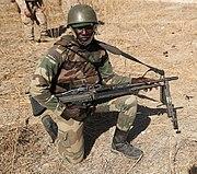 Soldat sénégalais muni d'une mitrailleuse M60 en 2016