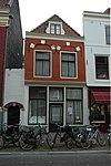 foto van Pand met lijstgevel, bogen met natuurstenen blokken boven de vensters