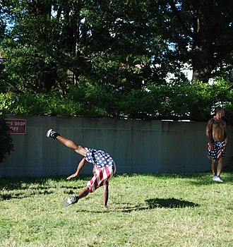 Flare (acrobatic move) - Image: Street Acrobats in DC 2013 06 07 06