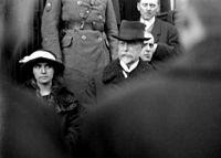 TGM vystupuje z vlaku, po jeho pravé straně dcera Olga, za ním zčásti skrytý syn Jan