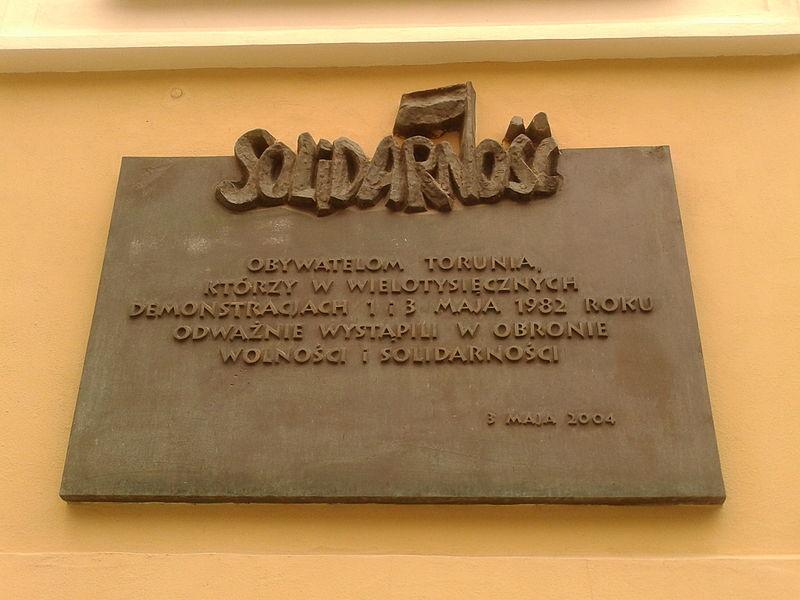 File:Tablica Solidarność na kościele Świętego Ducha w Toruniu.jpg