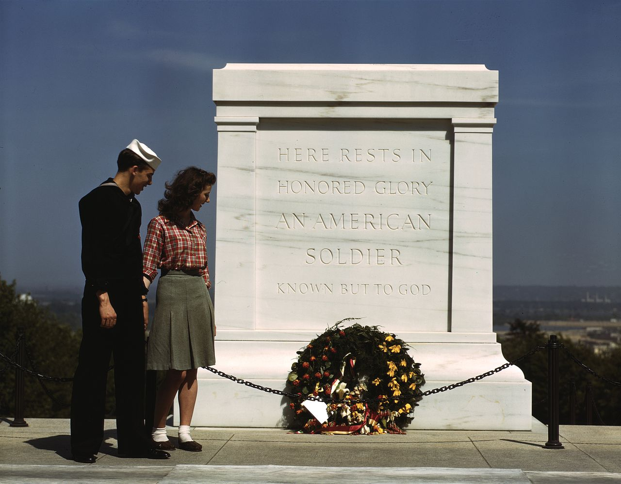Tomb of the Unknowns, with U.S. Navy sailor and woman, May 1943.jpg